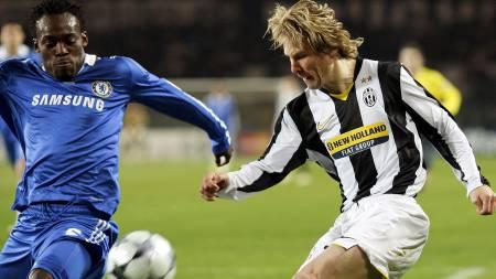 Pavel Nedved (R) crosses the ball past   Chelsea's Ghanian midfielder Michael Essien (Foto: ADRIAN DENNIS/AFP)