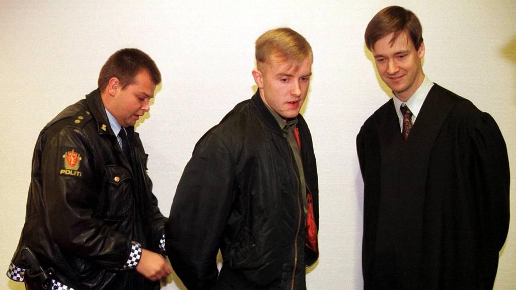 Varg Vikernes får låst av seg håndjernene i Asker og Bærum herredsrett i 1997. Oslo kommune og Gjensidige Forsikring krevde 40 millioner etter flere kirkebranner.  (Foto: Poppe, Cornelius/Scanpix)