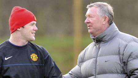 Wayne Rooney (left) receives instructions   from manager Sir Alex Ferguso (Foto: Nick Wilkinson/EPA)