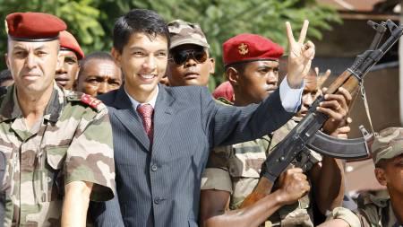 Opposisjonsleder på Madagaskar, Andry Rajoelina, erklærer seg selv som president.  (Foto: KIM LUDBROOK/EPA)
