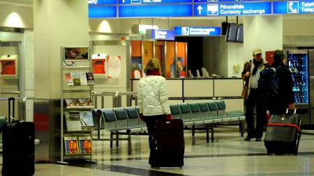 BAGASJEROT: Denne kvinnen fant sin bagasje vel framme på Ferihegy-flyplassen i Budapest.  (Foto: IMRE FOELDI/EPA)