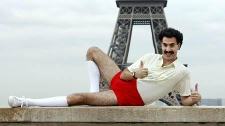 Cohen er mest kjent for karakteren Borat. Her fotografert foran Eiffeltårnet.  (Foto: BERTRAND GUAY/AFP)