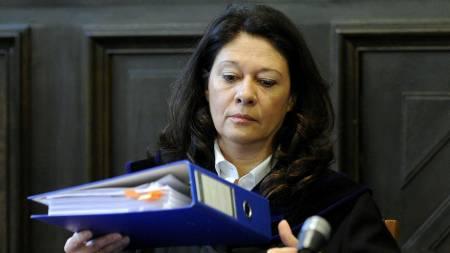 Dommer i Fritzl-rettsaken Andrea Humer med blå ringpermer.  (Foto: Robert Jaeger/AP)