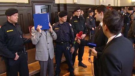 Josef Fritzl nektet å svare   på spørsmål fra reportere som gang på gang forsøkte å få 74-åringen i   tale. (Foto: APTN / TV 2)