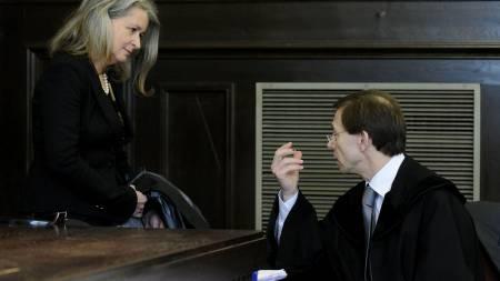 Rettsspsykiater Heidi Kastner (t.v.) og forsvarsadvokat Rudolf Mayer utveksler noen ord før rettssaken mot Josef Fritzl startet.  (Foto: Robert Jaeger/AP)