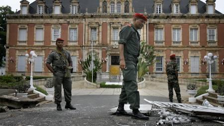 STORMET: Opposisjonsvennlige soldater foran presidentpalasset i hovedstaden på Madagaskar som ble stormet mandag.  (Foto: Jerome Delay/AP)