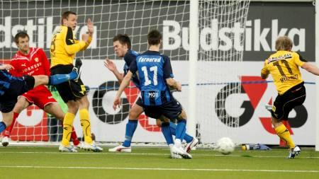 Lillestrøms Magnus Myklebust skyter ballen via  Arild Sundgot og i mål til ledelse 1-0  (Foto: Aas, Erlend/SCANPIX)
