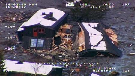 Bilder fra politiets helikopter viser de enorme ødeleggelsene etter raset. (Foto: Politiet / TV 2)
