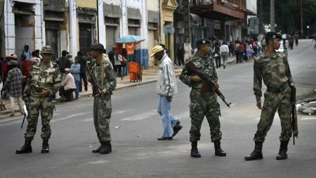 URO: Opposisjonsvennlige soldater fra hæren passer på gatene i hovedstaden Antananarivo på Madagaskar. Siden januar har over hundre mennesker mistet livet i uroen i den tidligere franske kolonien. (Foto: Jerome Delay/AP)