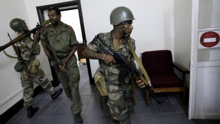 Opposisjonsvennlige soldater stormet det madagaskiske presidentpalasset for å arrestere presidenten. Han hadde søkt tilflukt i et annet palass.  (Foto: KIM LUDBROOK/EPA)