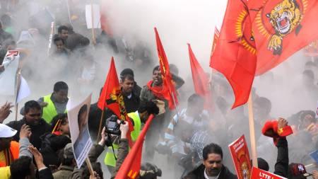 Tusenvis av tamiler demonstrerer i gatene i Brussel.  (Foto: DOMINIQUE FAGET/AFP / SCANPIX)