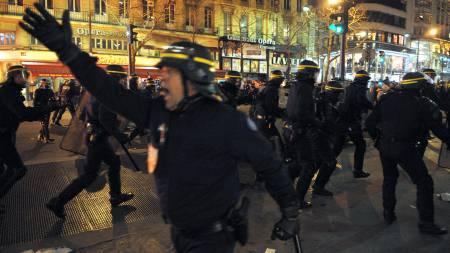 Opprørspoliti måtte roe massene etter den forrige storstreiken   i januar. Torsdag er det ventet nesten to og en halv million mennesker   i gatene i Frankrike. (Foto: BERTRAND LANGLOIS/AFP)