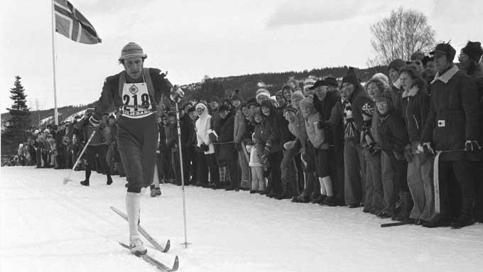 HEDRES: Ivar Formo døde på tragisk vis i 2006, nå oppretter skiklubben hans et minneløp til ære for ham. Her Formo i aksjon på Rena i 1975 der han vant eliteklassen i Birkebeinerrennet. (Foto: NTB)