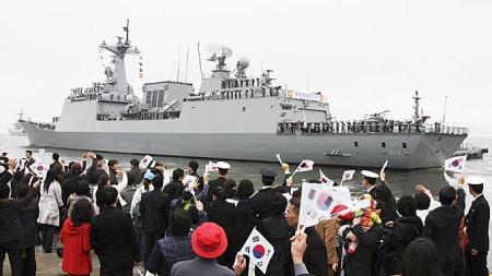 PÅ PIRATJAKT: Her legger det sørkoreanske skipet «Munue den store» fra land, på vei ut på piratjakt utenfor Somalias kyst.