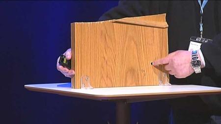 Tore Sanberg viser det han hevder er et kulehull funnet på Orderud gård. Dette hullet skal ikke være dokumentert i politiet sitt arbeid. (Foto: TV 2)