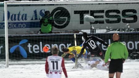 Alexander Tettey kriger ballen i mål  (Foto: RUNE STOLTZ BERTINUSSEN/SCANPIX)