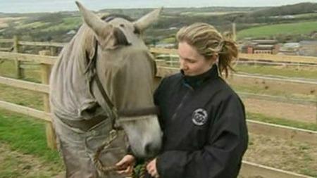 Hesten Pandora er allergisk mot gress. Her sammen med matmor Emily som har gitt hoppa den spesialsydde antigressdressen. (Foto: AP)