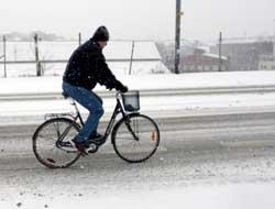 Snøværet hindret ikke de som hadde tatt ut sykkelen tidlig. (Foto: Stian Lysberg Solum / SCANPIX)