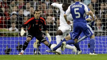 HER SCORER HESKEY: Villa-spissen setter ballen i mål etter eminent forarbeid av Steven Gerrard.  (Foto: Matt Dunham/AP)