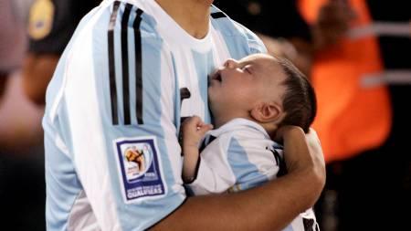 Sergio Aguero og Benjamin (Foto: Stringer/Argentina/REUTERS)