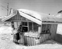 I kiosken på Ustaoset fikk du  varme pølser på sekstitallet. En lang nok tur dersom været er for dårlig! (Foto: Aktuell / SCANPIX)
