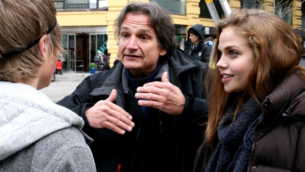 Tom Sterri var til stede da 24 gutter og jenter prøvespilte for rollene som Goggen og Runa i Karl Johans gate. (Foto: Christoffer Steen)