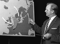 Kristian Trægde presenterer været på NRK i 1964. (Foto: Aage Storløkken / Aktuell / Scanpix)