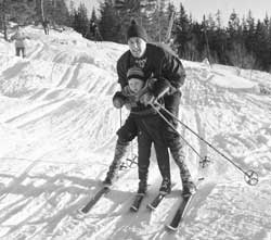Trening sammen med far i nyåpnede Varingskollen i 1963. (Foto: Thorberg / NTB / Scanpix)
