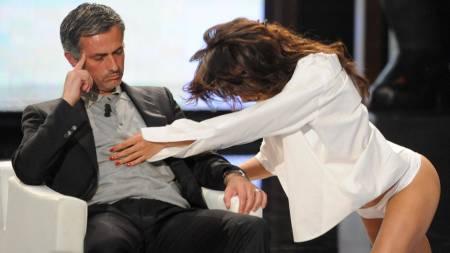 GJESP....: Mourinho ble underholdt av lettkledde damer - men   så ut som han helst ville sove. (Foto: Stringer/Italy/REUTERS)