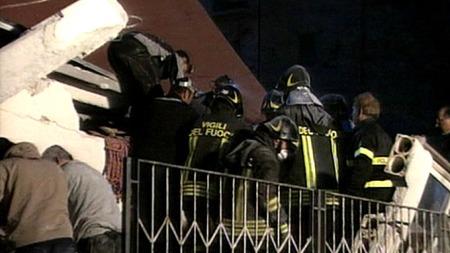 Redningsmannskaper jobber på spreng etter jordskjelvet som rammet Italia natt til mandag. (Foto: RAI)