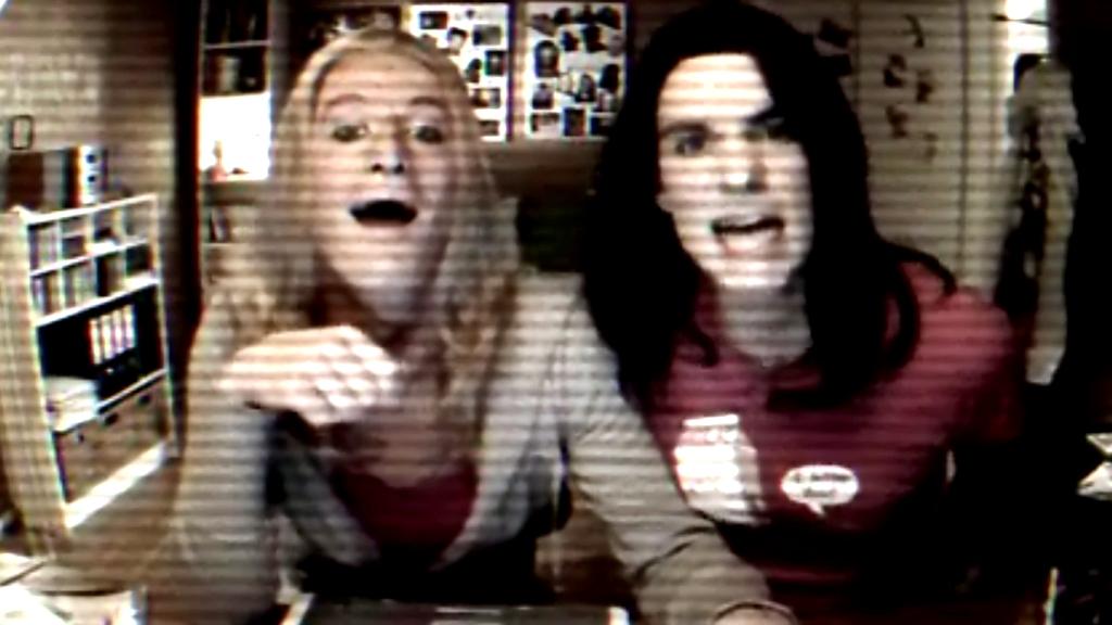 Tina og Bettina - spilt av Odd-Magnus Williamson og Henrik Thodesen - driver ikke med selvsensur når de videoblogger.