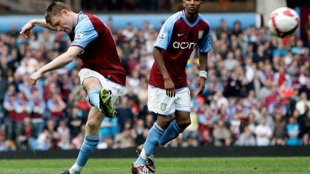 SE TEKNIKKEN: James Milner scoret på frispark mot Everton.  (Foto: Darren Staples/REUTERS)