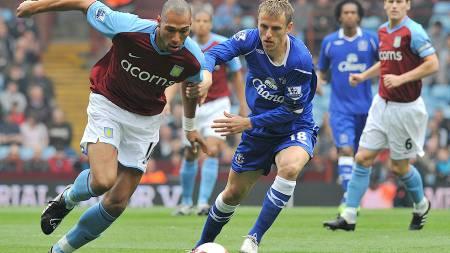CAREW SCORET: John Carew scoret Aston Villas første mål i kampen mot Everton.  (Foto: CARL DE SOUZA/AFP)