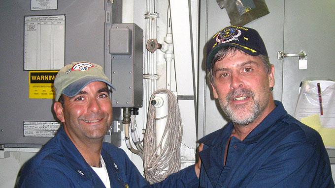 I SIKKERHET: Richard Phillips (h) står her ved siden kommandør Frank Castellano som ledet aksjonen hvor kapteinen på Maersk Alabama ble satt fri søndag. ( ©EPA)