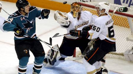 Jamie McGinn, Jonas Hiller og Brendan Mikkelson - San Jose Sharks og Anaheim Ducks.  (Foto: MONICA M. DAVEY/EPA)