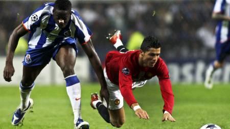 FRISPARK? - Ronaldo kan ikke vente seg å få frispark hver gang,   sier Sir Alex Ferguson. (Foto: JOAO ABREU MIRANDA/EPA)
