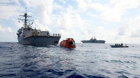 USS Bainbridge tauer livbåten med frigjorte gisler   fra skpet Maersk Alabama 12. april. (Foto: Megan E. Sindelar/AFP)