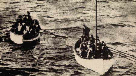 Bildet viser to av livbåtene med overlevende etter Titanicforliset i 1912.  (Foto: SCANPIX Sverige/SCANPIX)