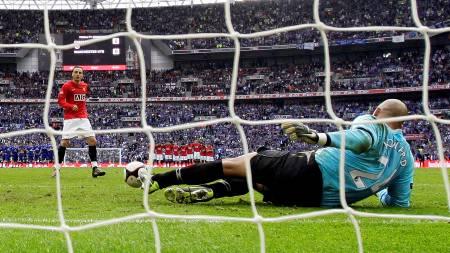 ELENDIG STRAFFE: Berbatov bommet på straffe mot Everton.  (Foto: Darren Staples/REUTERS)