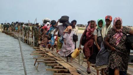 Bildet som er tatt av den srilankesiske hæren viser endeløse rekker med det som skal være etniske tamilske flyktninger på vei ut av krigssonen nordøst på Sri Lanka.  (Foto: AFP/AFP)
