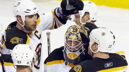 Zdeno Chara, Tim Thomas og Shawn Thornton - Boston Bruins.  (Foto: Paul Chiasson/AP)