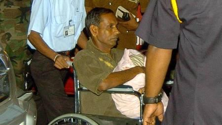 Tamiltigrenes fremste talsmann Elayudam Dayanidi, kjent som Daya Master, har overgitt seg til hæren. Her er han avbildet på vei inn på et sykehus i Colombo i 2006 etter at han fikk et hjerteinfarkt.  (Foto: LAKRUWAN WANNIARACHCHI/AFP)