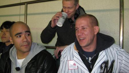 Johan og Henrik på baseballkamp, med fotograf Rune Moe i bakgrunnen.  (Foto: Geir Sindre Breivik)