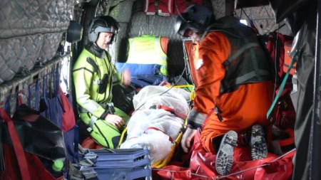 Fiskeren ble reddet etter å ha ligget i vannet i over tre timer. (Foto: Skvadron 330, Bodø)