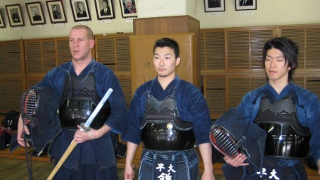 Henrik tester den japanske fektesporten Kendo.  (Foto: Geir Sindre Breivik)