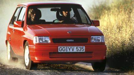 Opel Corsa GSI, i nesten like høy hastighet som da artikkelforfatteren debuterte i rally.  (Foto: Pressebilde)