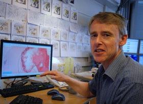Roar Hansen studerer temperaturen i 1500 meters høyde. Den forteller hvor høy maksimumstemperaturen kan bli ved bakken. (Foto: Ronald Toppe)
