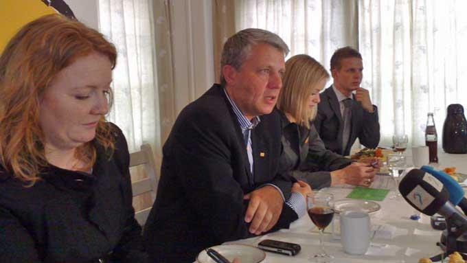KrF-leder Dagfinn Høybråten flankert av sine nestledere under en lunsj på landsmøtet i Kristiansand.  Fra venstre 1. nestleder Dagrunn Eriksen og til høyre for Høybråten, 2.  nestleder Inger Lise Hansen. (Foto: Ellen Sporstøl / TV 2)