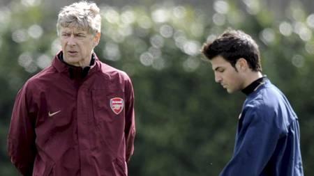 SKAL INGEN STEDER: Arsene Wenger nekter for at Cesc Fabregas er til salgs.  (Foto: Daniel Hambury/EPA)