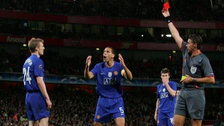 OH NO....! Darren Fletcher så rødt mot Arsenal og mister finalen   (Foto: STR/REUTERS)